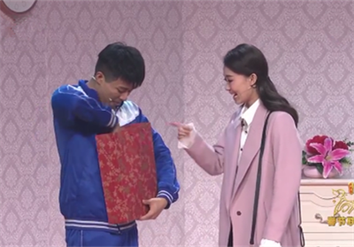张小斐粉色大衣是什么牌子多少钱