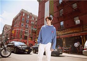 侯明昊最新纽约街拍照 侯明昊条纹衣服怎么搭配好看