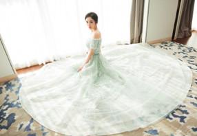 上海电影节杨幂红绿长裙亮相 仙气十足
